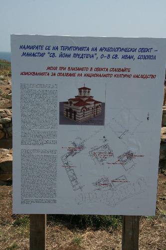 Panoul care anunţă şantierul arheologic