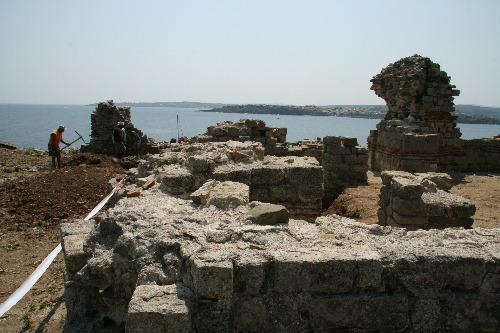 Şantierul arheologic, pe fundal oraşul Sozopol